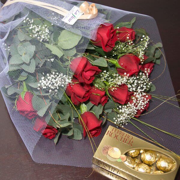 Ramo Bouquet de 12 Rosas con Bombones - Envío de flores y plantas, Florería La Fleur, Montevideo, Uruguay.