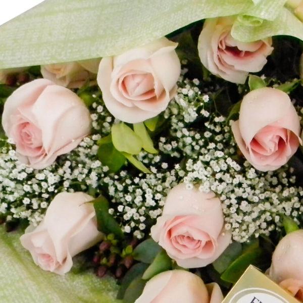 Ramo Bouquet de 12 Rosas con Peluche y Bombones - Envío de flores y plantas, Florería La Fleur, Montevideo, Uruguay.