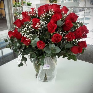 Ramo Bouquet de 50 Rosas en Florero - Envío de flores y plantas Florería La Fleur, Montevideo, Uruguay.