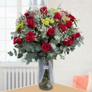Ramo Bouquet de 24 Rosas y Daisy en Florero - Envío de flores y plantas, Florería La Fleur, Montevideo, Uruguay.